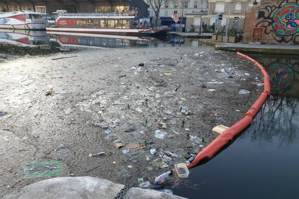 Rác thải bừa ngập ngụa trên một con kênh ở Paris - Ảnh: #SaccageParis