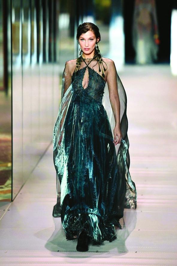 Bella Hadid trong thiết kế đầm cổ yếm  của nhà tạo mẫu Kim Jones tại show thời trang Fendi 2021 - Ảnh: Getty image