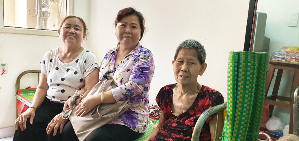 Tổ Phụ nữ chung cư P.7, Q.11 đến thăm cô Nga - hội viên phụ nữ chung cư