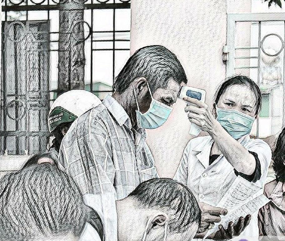 Những người đến tham dự phiên tòa được kiểm tra y tế nghiêm ngặt