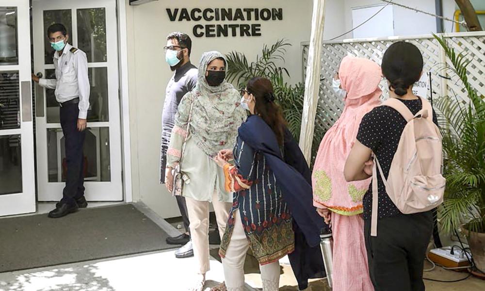 Người dân Pakistan xếp hàng chờ tiêm vắc-xin thương mại tại các điểm tiêm chủng tư nhân ở Lahore, Karachi và Islamabad