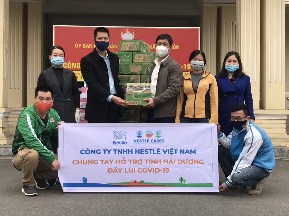 Đại diện Nestlé chuyển quà hỗ trợ chống dịch COVID-19 tại huyện Kinh Môn, tỉnh Hải Dương. Ảnh: Nestlé