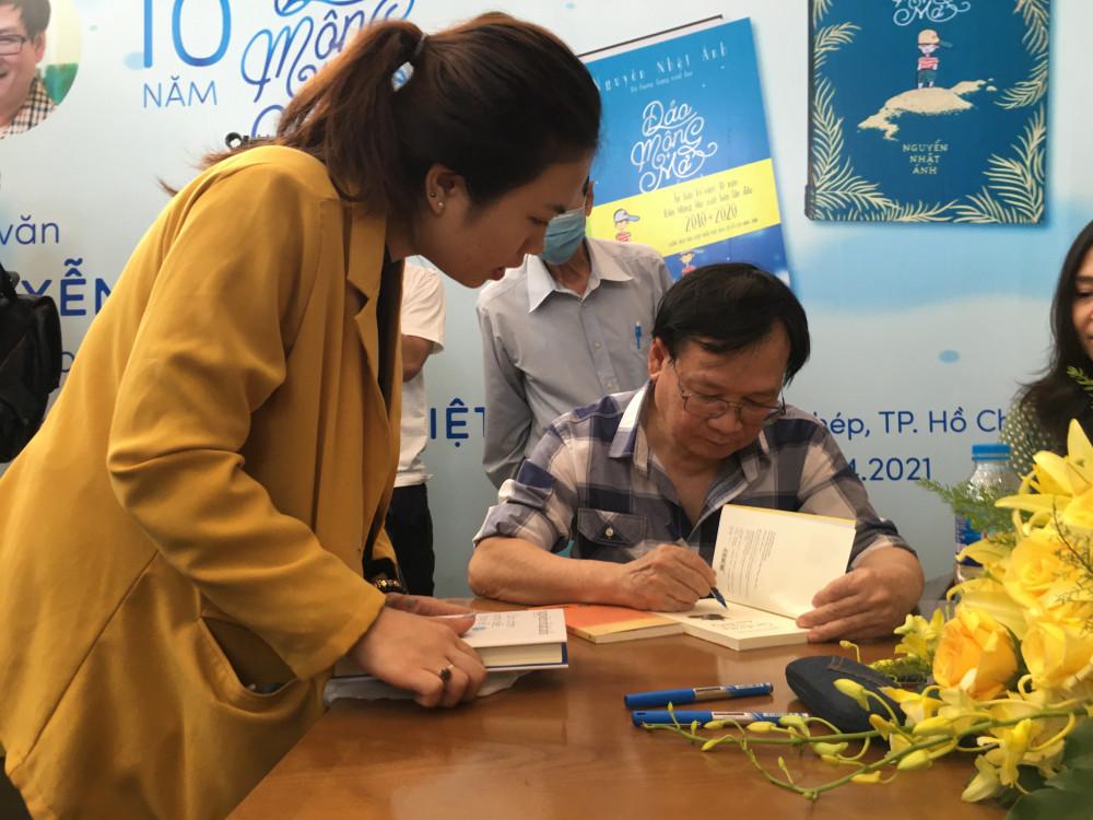 Những buổi ký tặng sách của nhà văn Nguyễn Nhật Ánh luôn thu hút bạn đọc