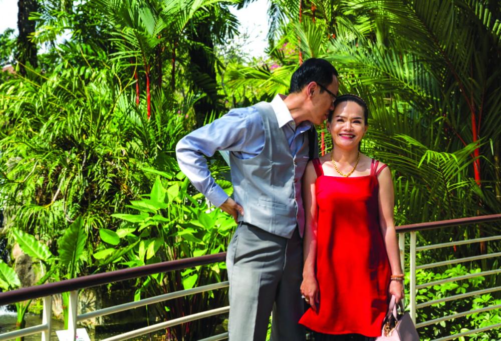 Vợ chồng Ngọc Tuyền ở vườn bách thảo Singapore - Ảnh: AMRITA CHANDRADAS/NATIONAL GEOGRAPHIC