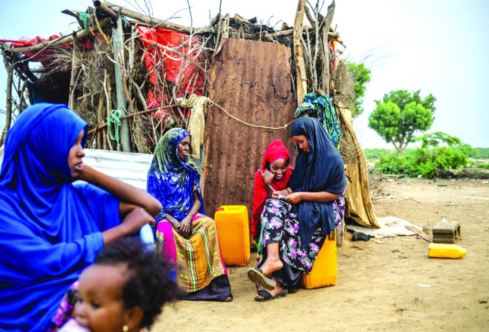 Một gia đình người Somaliland ngồi bên căn nhà xập xệ sau khi tài sản của họ mất sạch do hạn hán Ảnh: NICHOLE SOBECKI/NATIONAL GEOGRAPHIC