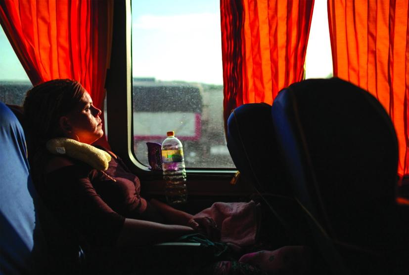 Kataleya ngồi trên chiếc xe buýt chở cô từ TP.Tapachula đến Tijuana, khao khát xin được tị nạn ở Mỹ - Ảnh: DANIELLE VILLASANA/NATIONAL GEOGRAPHIC