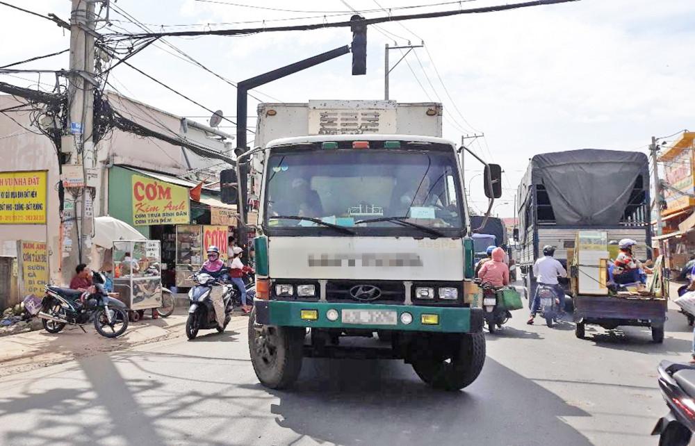 """Đường nhỏ hẹp, thường xuyên bị lấn chiếm là những nguyên nhân khiến tuyến đường này trở thành """"điểm đen"""" tai nạn giao thông"""