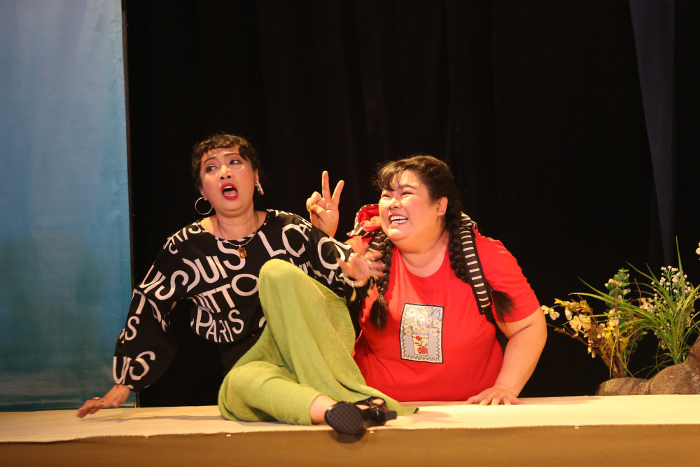 Soạn giả Tô Thiên Kiều và diễn viên Tuyền Mập trong một phân cảnh khiến khán giả cười giòn giã