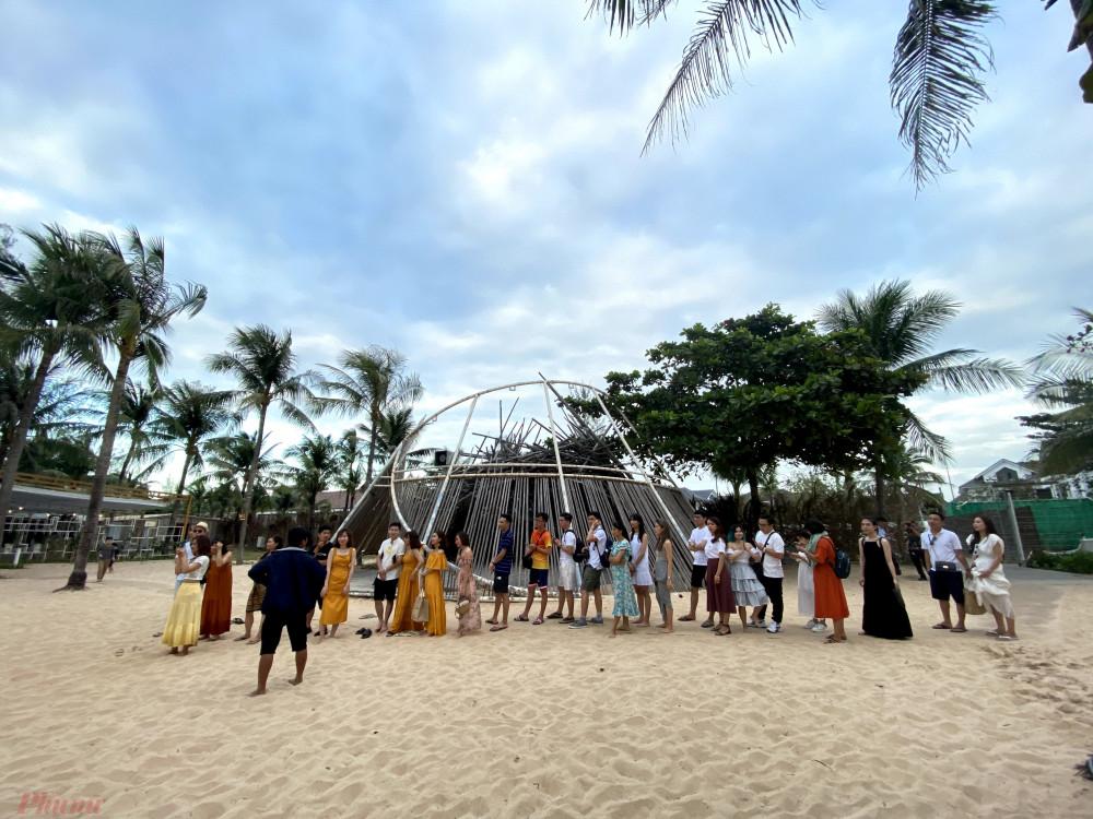 Khách du lịch đang xếp hàng chờ đến lượt chụp ảnh với các tiểu cảnh trên bãi biển tại Phú Quốc. Ảnh: Quốc Thái