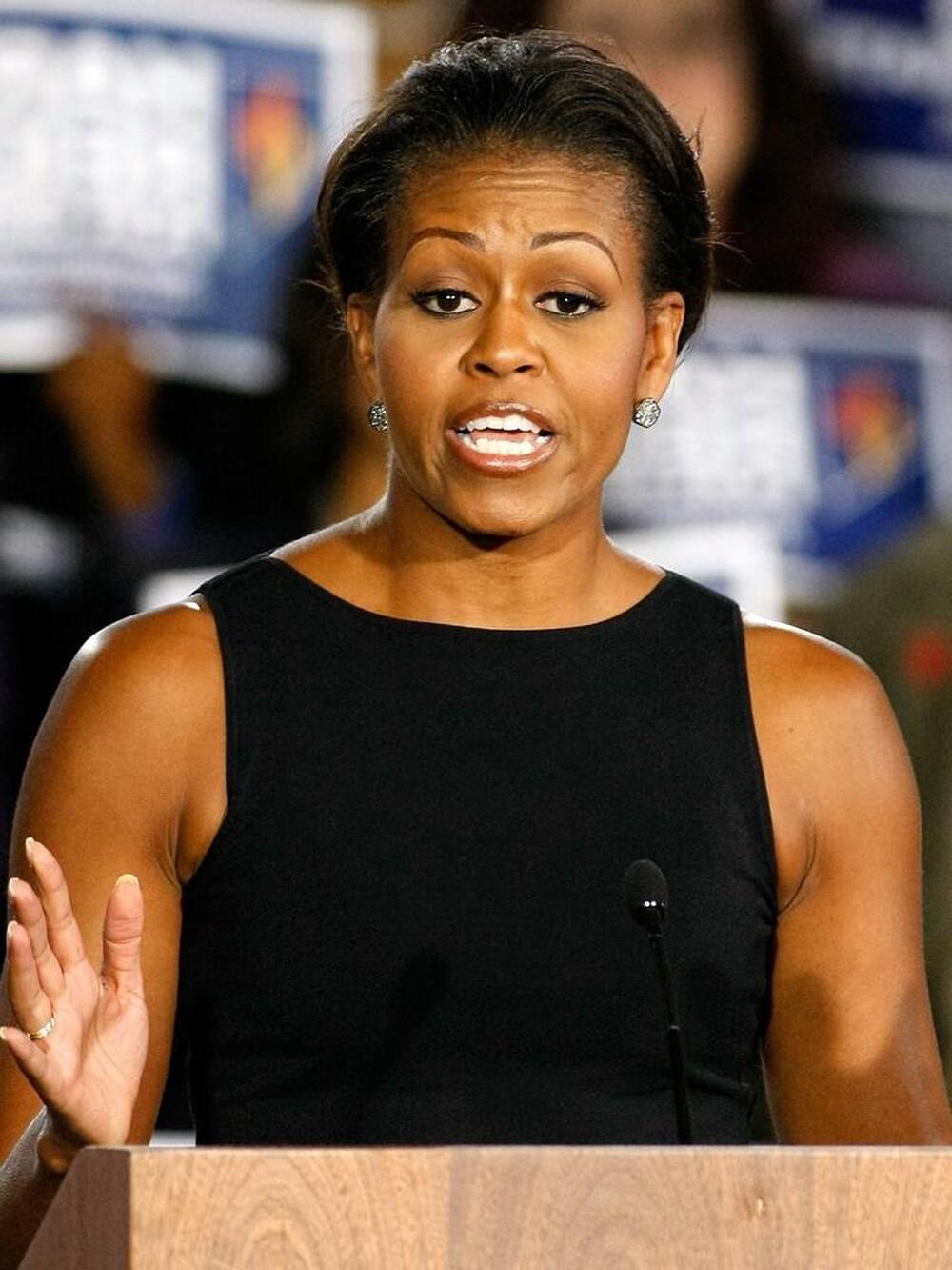 Từ vụ việc gây tranh cãi của bà Jill Biden vô tình khiến khán giả gợi nhớ đến chiếc áo không tay của cựu Đệ nhất phu nhân Michelle Obama, từng bị cho là thiếu trang trọng khi xuất hiện trong sự kiện thảo luận về các cuộc khủng hoảng ở Iraq và Ukraine.