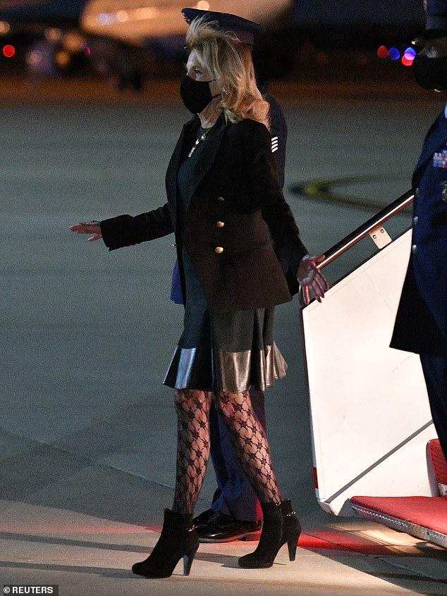 Trong khi đó, đám đông ủng hộ bà Jill Biden lại phản pháo và khen ngợi trang phục của bà là táo bạo và hợp xu hướng. Họ cũng đính chính rằng Đệ nhất phu nhân diện chiếc quần bó sát có hoa văn chứ không phải quần lưới như một số người đã nêu.