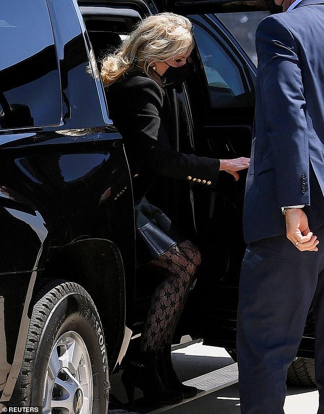 """Chiếc quần bó sát của bà nhanh chóng thu hút sự chú ý của nhiều nhà phê bình trực tuyến. Họ cho rằng chiếc quần bó mà Đệ nhất phu nhân diện thật """"đáng xấu hổ"""", đồng thời cáo buộc bà Jill Biden đã quá tuổi để mặc thiết kế táo bạo như vậy. Một số người thậm chí còn so sánh và giễu cợt bà Jill Biden giống ngôi sao nhạc pop Madonna."""