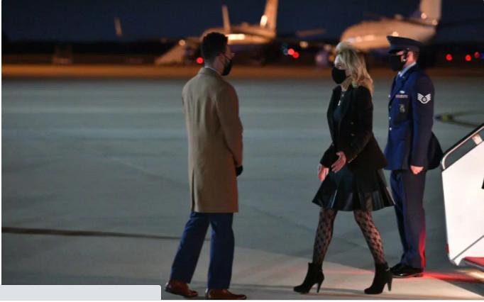 Đầu tháng 4, hình ảnh Đệ nhất phu nhân xuống máy bay từ bang California đến Washington, trong trang phục là chiếc áo khoác nâu đen và váy dài trên đầu gối, gây tranh cãi khi bà mặc chúng cùng một chiếc quần bó sát có họa tiết đan chéo.