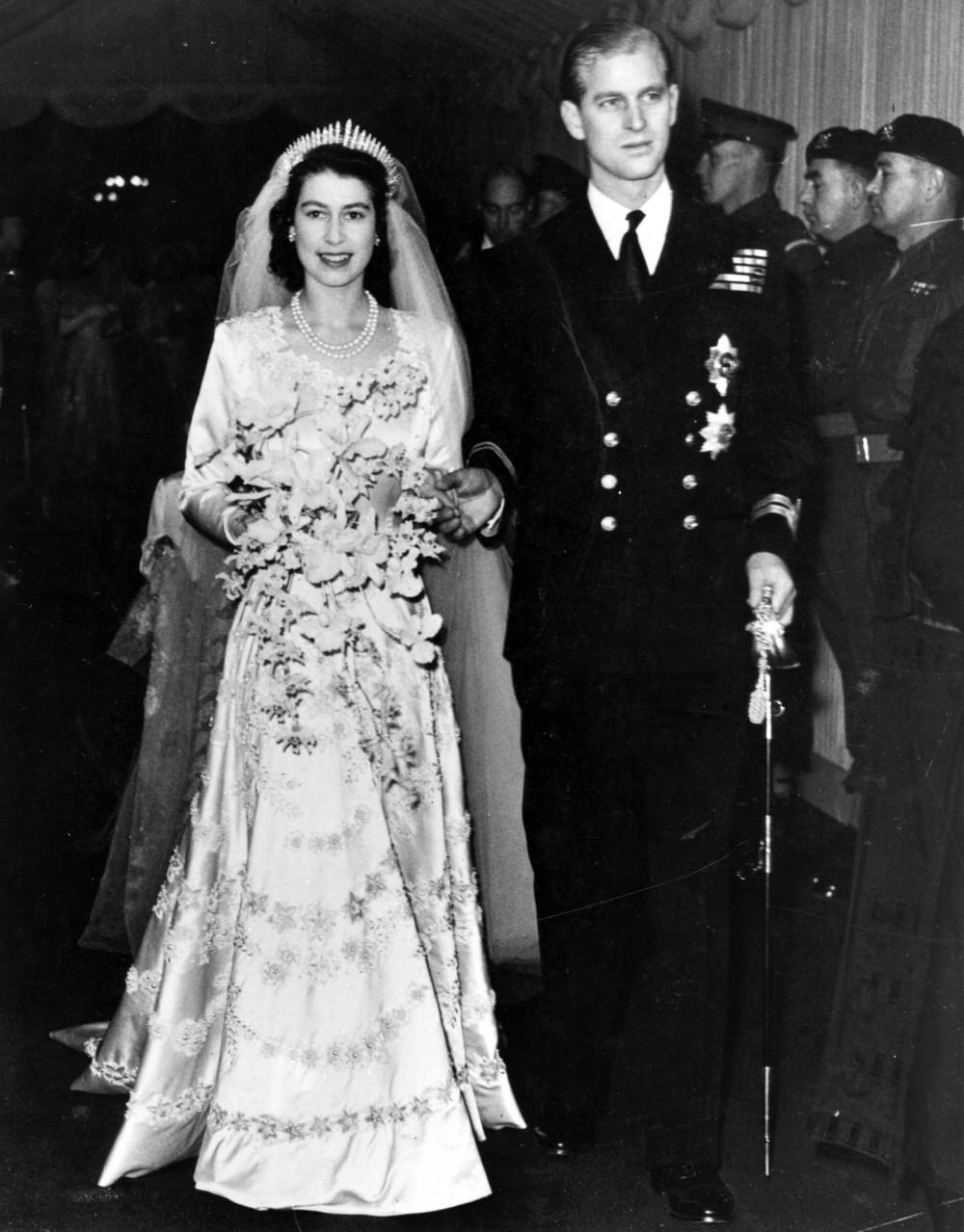 Tháng 11/1947, hôn lễ của hai người chính thức diễn ra tại Tu viện Westminster trước sự chứng kiến của gần 2.000 quan khách. Ít ai biết rằng, để lấy Nữ hoàng Elizabeth II, Hoàng thân Philip đã từ bỏ tước vị hoàng gia Li Lạp, chấp nhận làm thị vệ để được ở bên cạnh người phụ nữ mà ông thầm thương trộm nhớ bấy lâu.