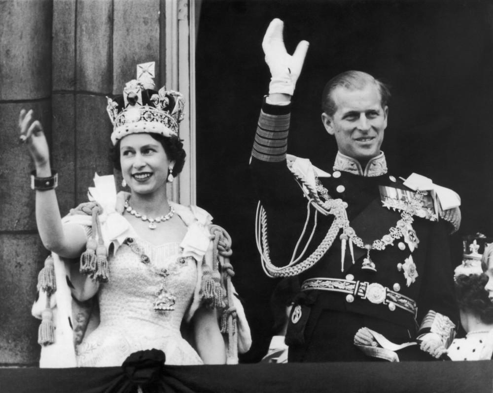 Không lâu sau Vua George đổ bệnh, rồi ngày càng ốm nặng hơn và qua đời vào năm 1952. Sự việc này ngay lập tức biến Elizabeth, 25 tuổi thành Nữ hoàng vào năm 1953 và Hoàng thân Philip đã quỳ gối, thề sẽ trở thành 'người đàn ông trung thành của cuộc đời và chân tay' của vợ. Dù muốn dù không ít nhiều cột mốc này cũng dẫn đến sự xáo trộn trong cuộc sống gia đình của cặp đôi.
