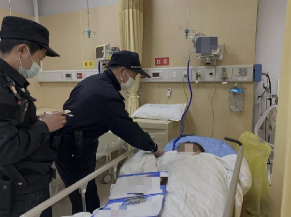 Những người cảnh sát cứu cô Liu đến thăm cô trong bệnh viện sau vụ tự tử không thành - Ảnh: City Express