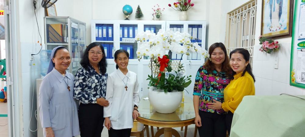 Bà Đỗ Thị Chánh - Phó Chủ tịch Hội LHPN Thành phố thăm và chúc mừng Dòng Con Đức Mẹ vô nhiễm quận Tân Phú