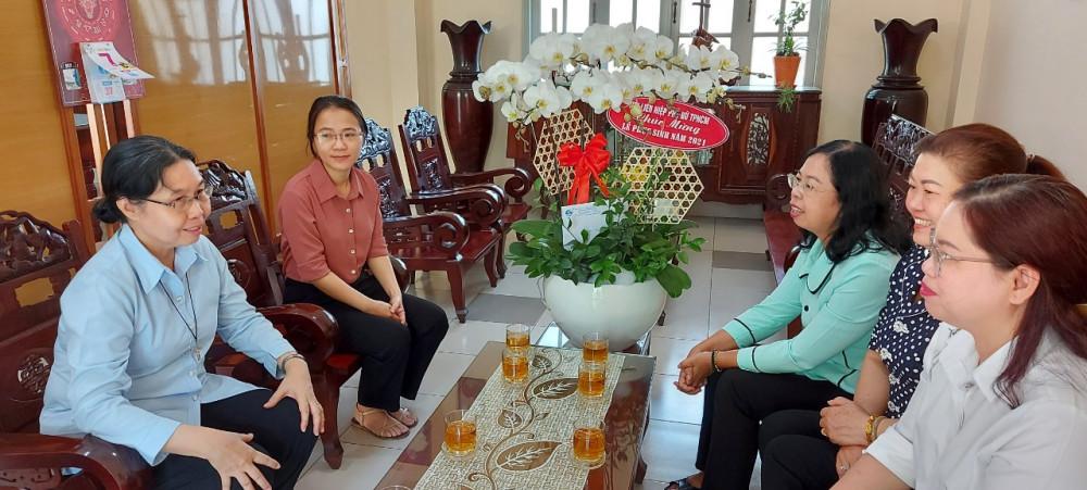 hị Đỗ Thị Chánh - Phó Chủ tịch Hội LHPN Thành phố thăm và chúc mừng Dòng Mến Thánh giá Khiết Tâm TP Thủ Đức