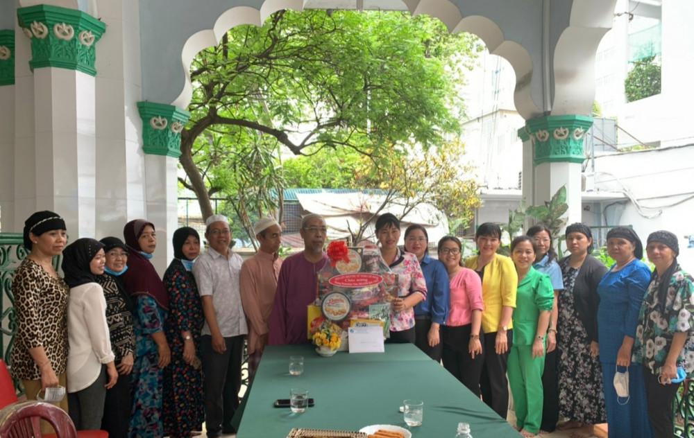 Chị Trần Thị Phương Hoa - Phó Chủ tịch Hội LHPN TPHCM thăm và chúc mừng Thánh đường Jamia' Quận 5