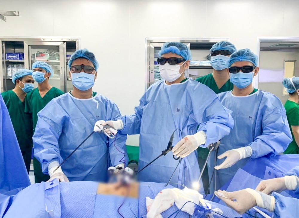 Ca mổ phẫu thuật nội soi 3D cắt bướu thận cho bệnh nhân có bướu thận phải kích thước lớn lên tới 6cm, suy thận trái do hẹp niệu quản. Ảnh: BVĐK Tâm Anh