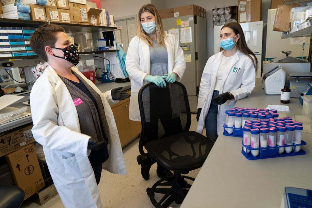 Rebecca Powell (trái) và nhóm nghiên cứu của cô đã thu thập các mẫu sữa mẹ để phân tích