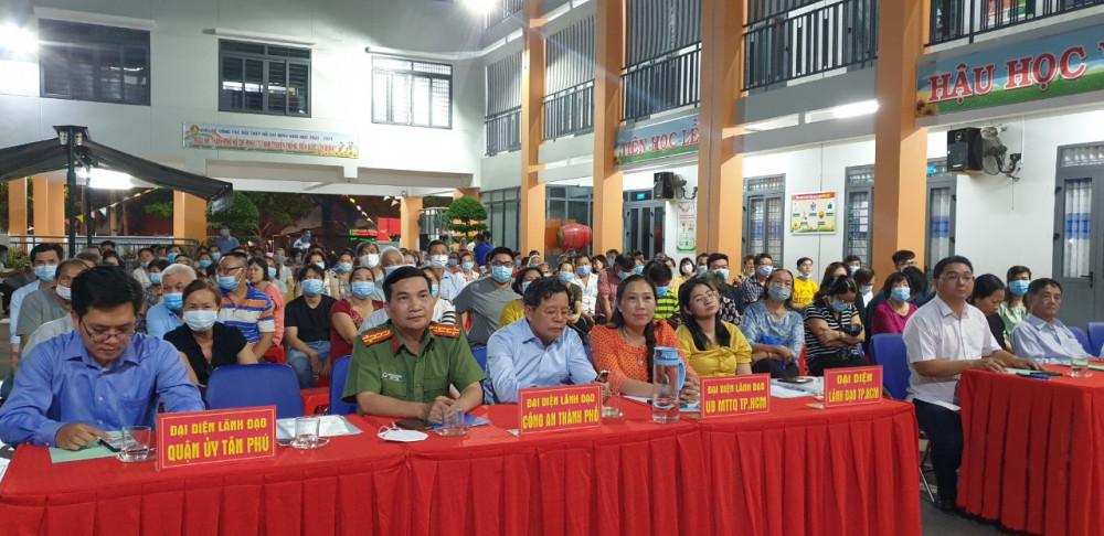Các ứng viên, đại diện lãnh đạo đơn vị, các đại biểu cùng đông đảo cử tri dự hội nghị.