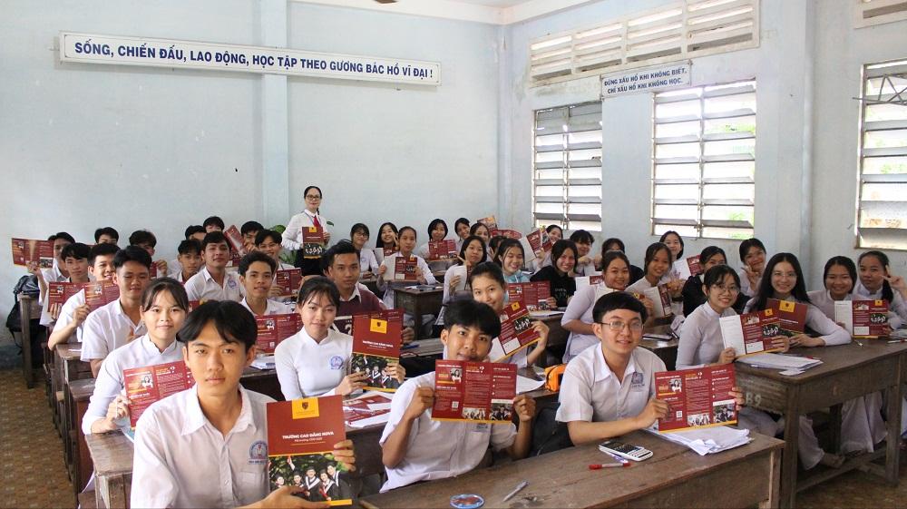 Nhóm ngành hàng không và điều dưỡng tại Nova College thu hút sự quan tâm của các em học sinh tại Trường THPT Lai Vung 1 (tỉnh Bình Phước). Ảnh: Nova College