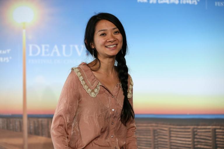 Chloe Zhao trở thành nữ đạo diễn gốc Á đầu tiên thắng giải Đạo diễn xuất sắc nhất tại QUả cầu vàng 2021.