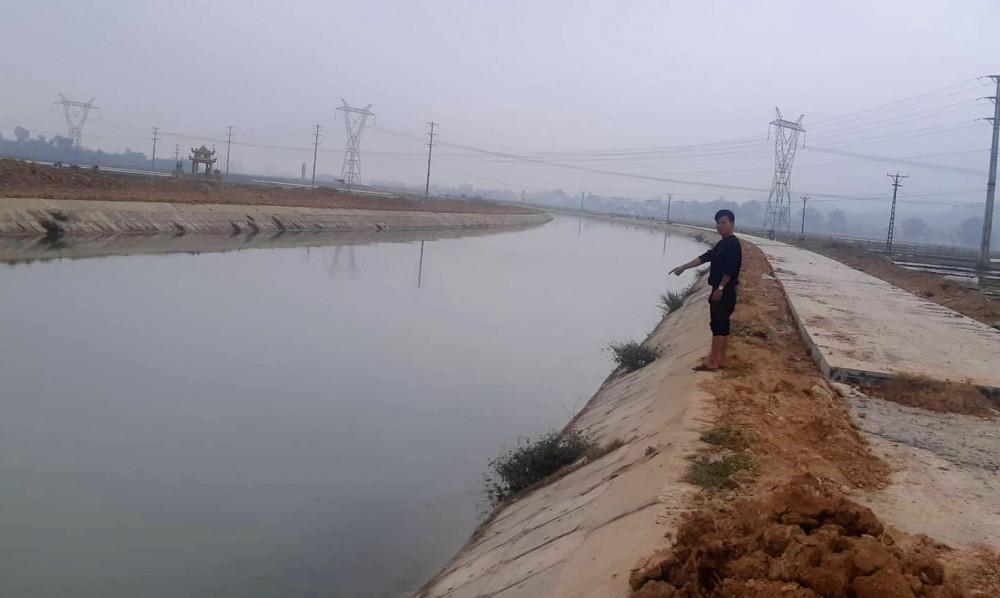 Hai bên sông Đào có đường song không có rào chắn khiến nhiều người bất an khi lưu thông trên đoạn đường này