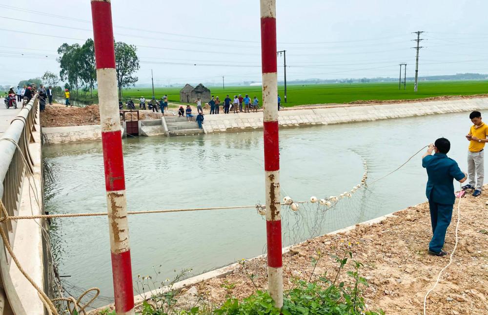 Lực lượng chức năng dùng lưới đánh cá dò tìm thi thể bé trai 13 tuổi bị cuốn trôi trên sông Đào
