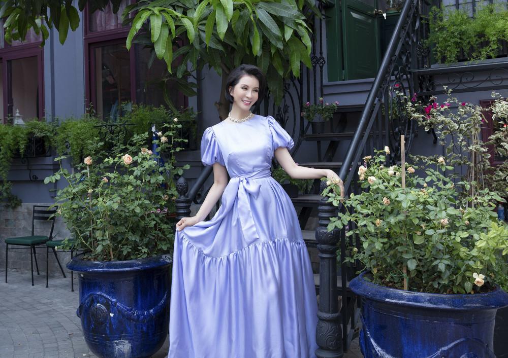 Nữ diễn viên, MC điệu đà trong chiếc đầm bồng xoè màu xanh pastel ngọt ngào.