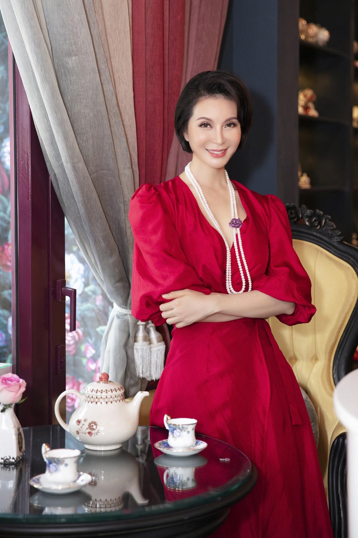 MC Thanh Mai chuộng trang phục có màu sắc nổi bật. Mùa hè đến, chị chọn những thiết kế được may trên nền lụa mềm mại, thoáng mát.