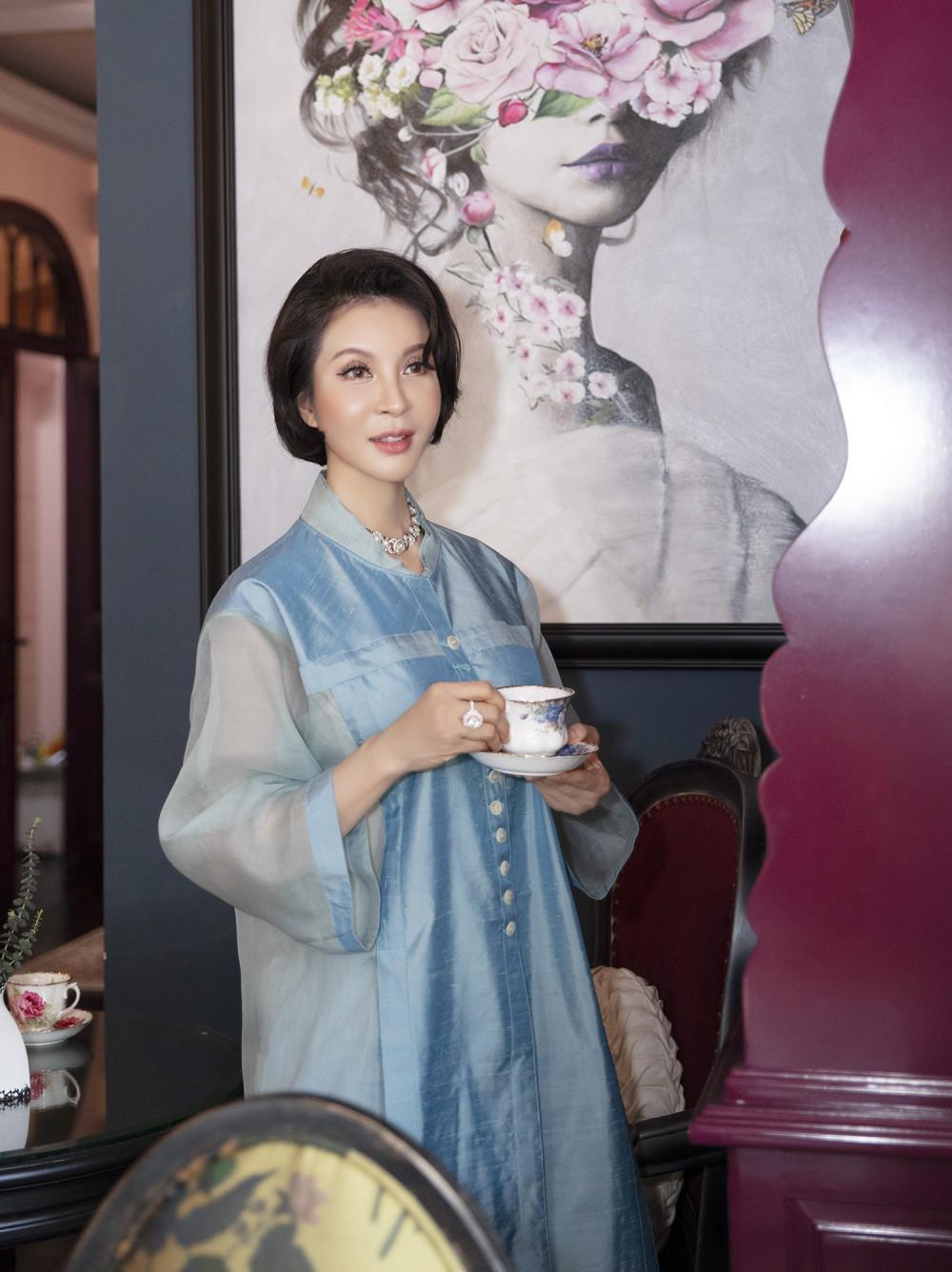 Với trang phục lụa, Thanh Mai thuờg chọn ngọc trai hoặc trang sức màu ánh kim để kết hợp cùng. Chị ưu tiên những thiết kế mảnh, hoặc có đường nét mềm mại.