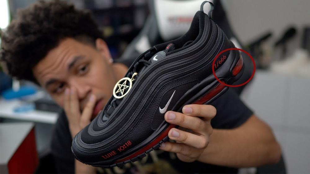 Nhiều khách hàng mua giày vì hiếu kỳ trước sản phẩm giày có chứa máu người.