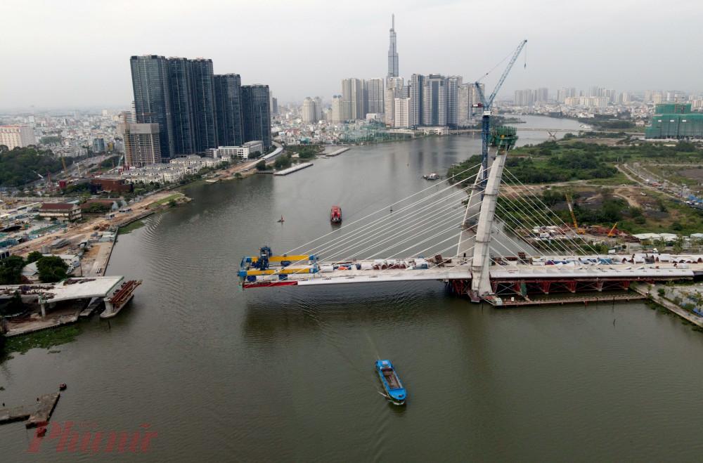 Một vấn đề nghiêm trọng nữa là cầu Thủ Thiêm 2 bắc qua tuyến đường sông có mật độ giao thông thủy lớn nên nếu xảy ra sự cố giao thông đường thủy, thiệt hại sẽ rất đáng kể và khó lường.