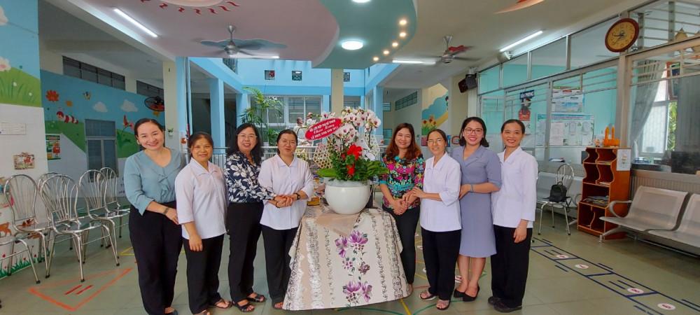 Chị Đỗ Thị Chánh - Phó Chủ tịch Hội LHPN Thành phố thăm và chúc mừng Dòng Mến Thánh giá Gò Vấp Quận 3