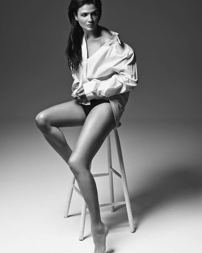 Helena Christensen vừa đăng tải bức ảnh chụp quảng cáo cho một thương hiệu. Cô diện áo sơ mi trắng,