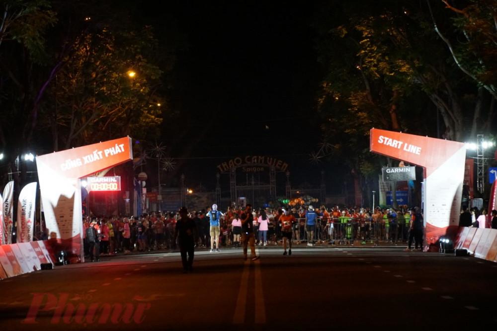 Rạng sáng (11/4) nhóm VĐV tranh tài tại Giải Marathon Quốc tế TPHCM Techcombank mùa thứ 4 bước vào đường đua, ở nhóm tranh tài 42,1km xuất phát lúc 4h sáng và 20,1km xuất vào lúc 4h30 sáng.