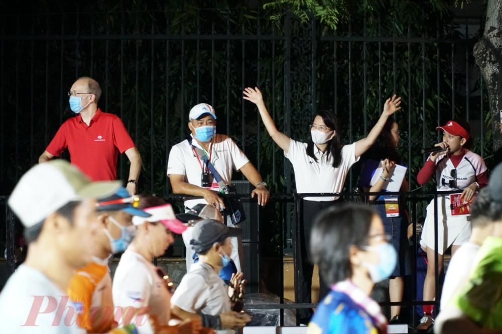 Bà Nguyễn Thị Ánh Hoa - Giám đốc Sở Du lịch TPHCM đến từ sớm để cổ vũ cho các VĐV.