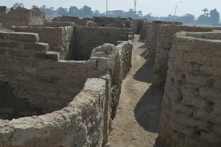 Hiện trạng của khu vực được khai quật cho thấy, đã từng có một nền văn minh của con người cách đây hàng ngàn năm - Ảnh: Zahi Hawass