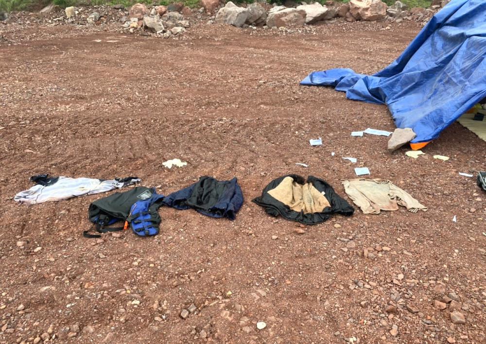 Những lớp áo được phát hiện trôi dạt vào bờ biển