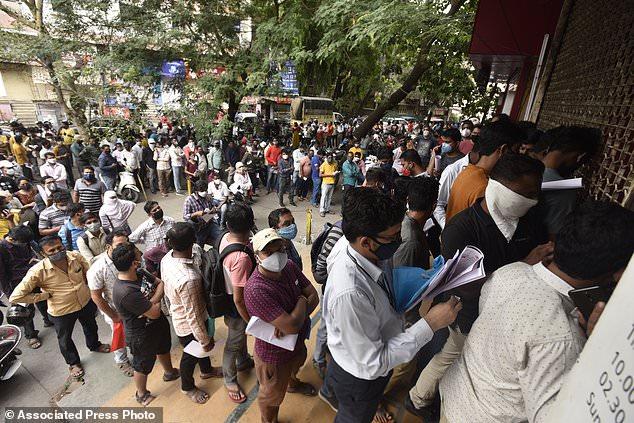 Người dân thành phố Pune, Ấn Độ xếp hàng chờ ma thuốc Redemsivir, được cho là có thể điều trị COVID-19