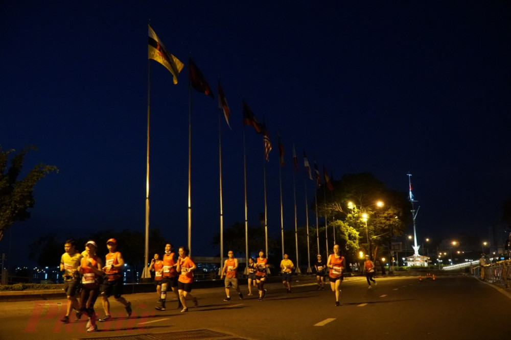 Nhóm chạy ở cực ly 42,1km đang chạy nước rút về đích (tại Làng marathon quận 2