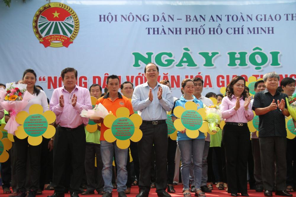 Phó bí thư Thành ủy Nguyễn Hồ Hải cùng lãnh đạo tặng hoa chúc mừng  đại diện 84 CLB Nông dân với an toàn giao thông  tại buổi ra mắt
