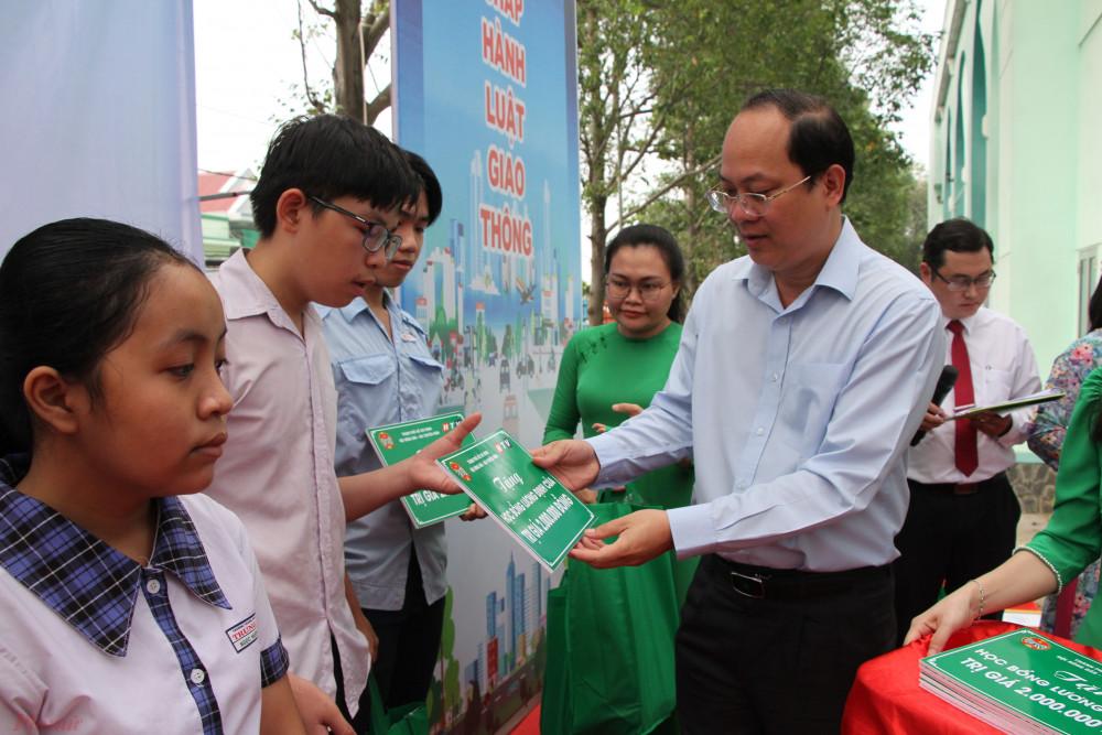 Phó bí thư Thành ủy TPHCM Nguyễn Hồ Hải trao học bổng Lương Định Của cho con em học sinh là hội viên nông dân có người thân bị tai nạn giao thông, có hoàn cảnh khó khăn