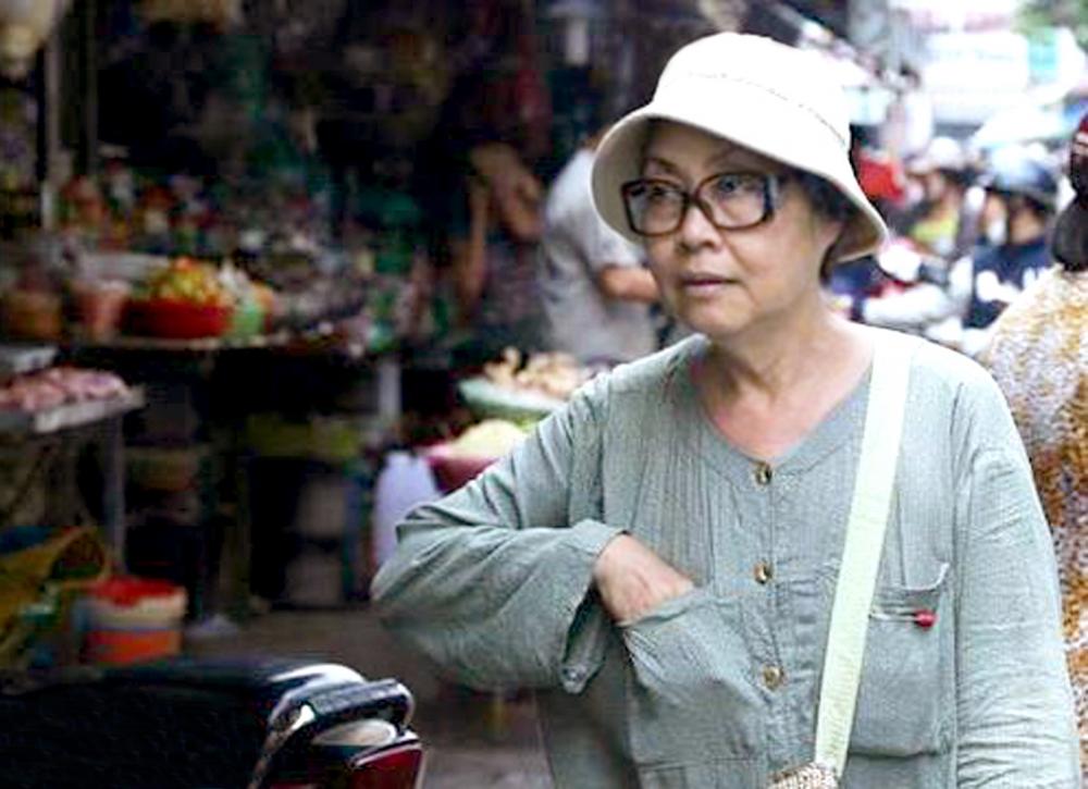 Hơn 30 năm nay, người nghệ sĩ già đã đi bộ như thế, khắp những con đường, ngõ nhỏ  ở khu vực đường Dương Bá Trạc (quận 8) để bán vé số mưu sinh