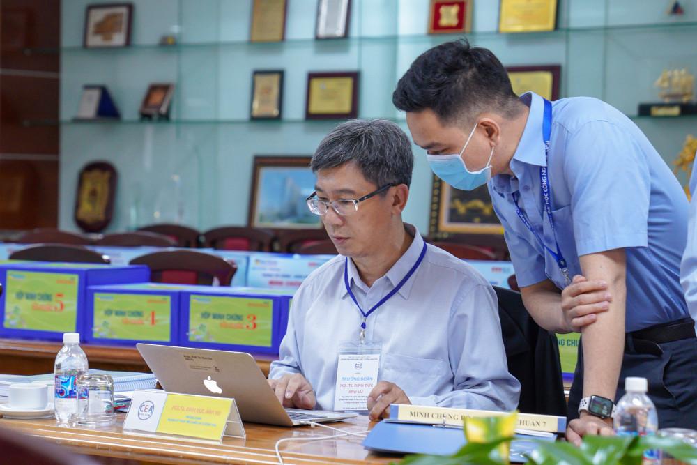 Trung tâm kiểm định chất lượng giáo dục thuộc ĐH Quốc gia TPHCM đang kiểm tra các minh chứng khi rường đại học Công nghệ TPHCM