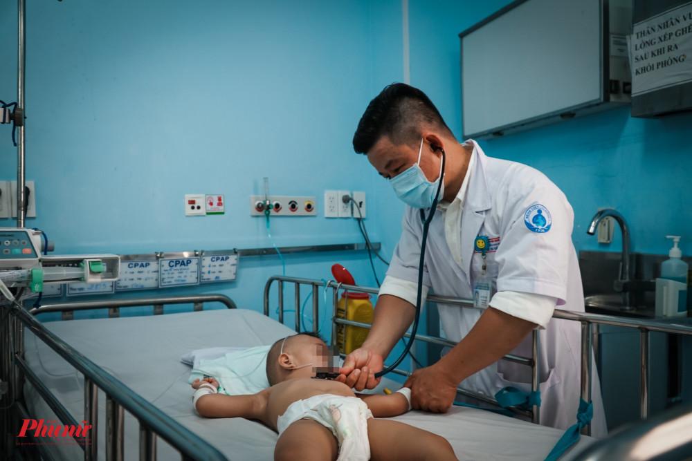 Bác sĩ Quyn đang thăm khắm cho một trẻ, ở những trẻ bệnh nặng, bệnh nhi phải thường xuyên được kiểm tra huyết áp