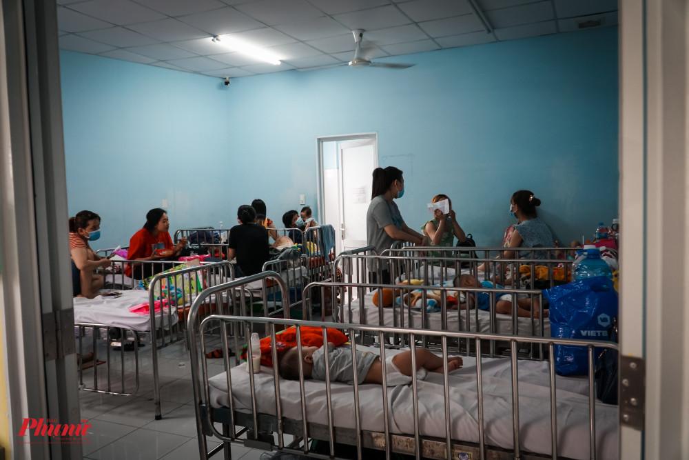 Dù số ca nhập viện điều trị bệnh tay chân miệng tăng cao, nhưng Bệnh viện Nhi Đồng 1 vẫn chuẩn bị đủ phòng, giường bệnh cho bệnh nhi