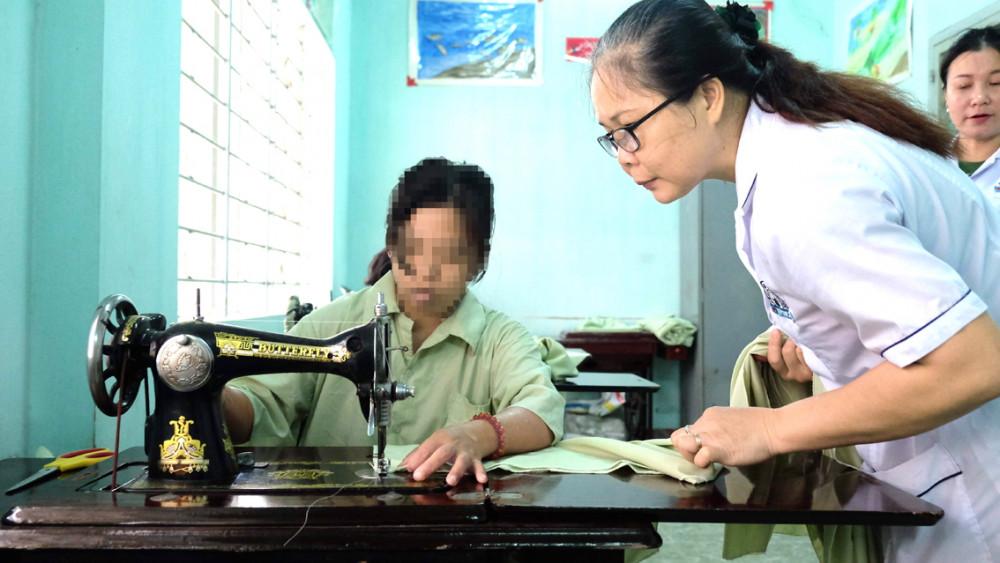 Bệnh nhân tâm thần phân liệt được học nghề may khi điều trị nội trú tại Cơ sở Lê Minh Xuân Bệnh viện Tâm thần TP.HCM